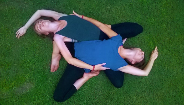 partner-yoga-on-the-grass